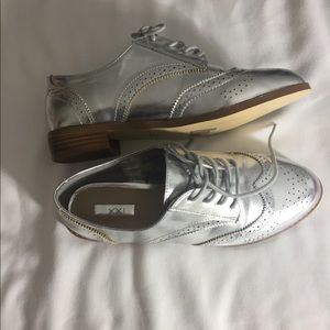 Silver Ladies Oxfords sz8- ladies great holiday